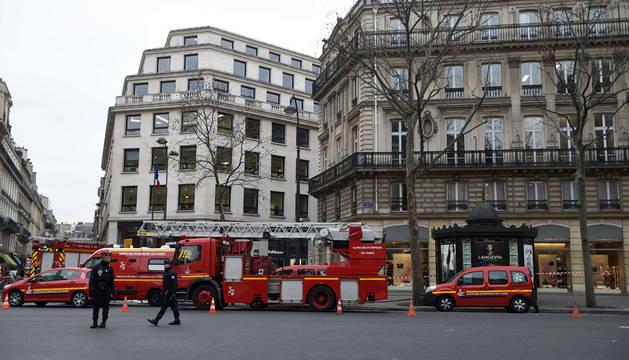 Un incendio quema parte del tejado del hotel Ritz de París