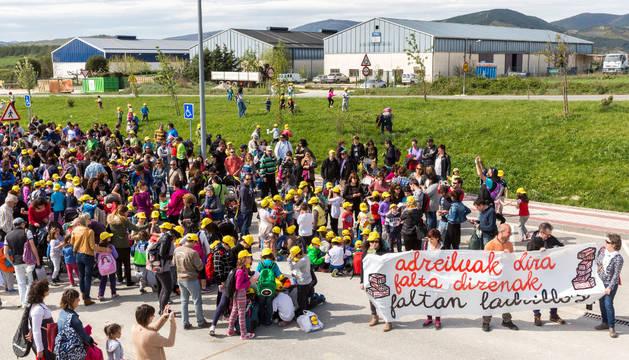 Concentración para reclamar un segundo colegio en Sarriguren celebrada el pasado mes de mayo.