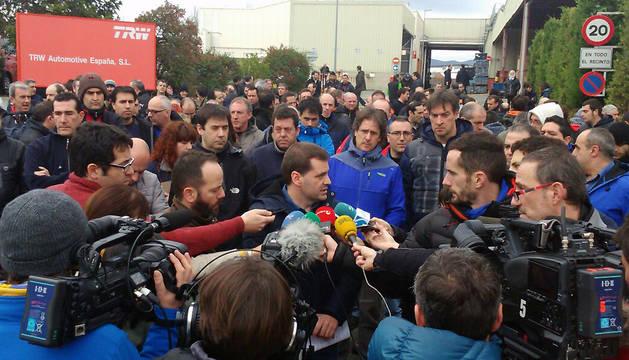 El presidente del comité, Josi Álvarez, atiende a los medios.