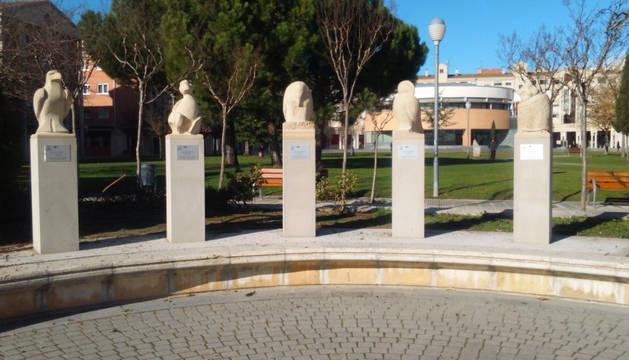 Esculturas que representan a los cinco sentidos en el parque Erreniega.