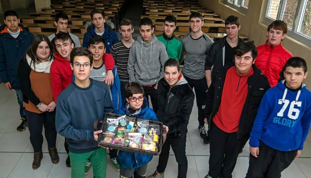 Los alumnos del taller de cosmética e higiene muestran en el colegio del Puy algunos de los productos cuya venta se destina a Brasil.