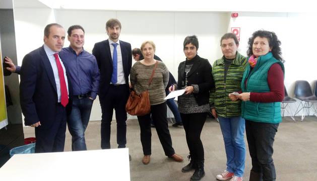Los ganadores del sorteo, junto a miembros de Caixabank.