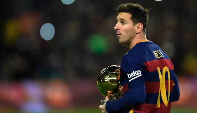 Leo Messi, con el Balón de Oro.