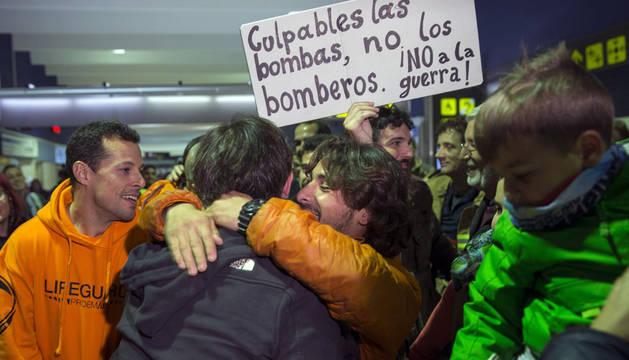 Los bomberos detenidos en Lesbos, recibidos como