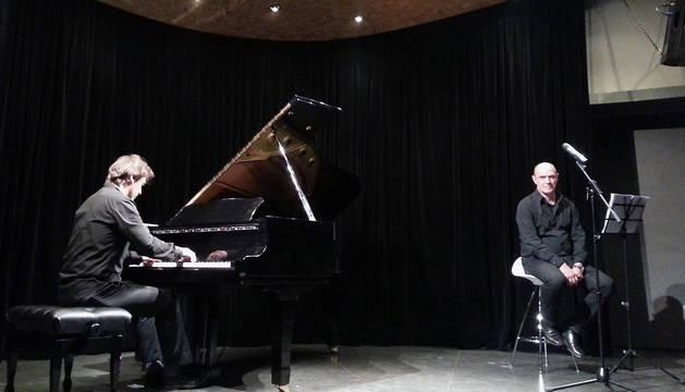 El pianista Xabier Lizaso y el bertsolari Andoni Egaña, en una actuación anterior.