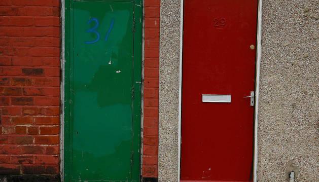 Puertas pintadas de rojo en el área de Middlesbrough, al norte de Reino Unido.