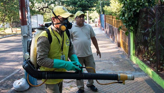 Equipo de fumigación en un barrio de Asunción, en Paraguay.