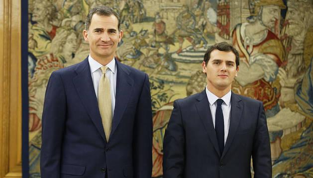 El Rey y Albert Rivera, posando antes de su reunión en la Zarzuela.