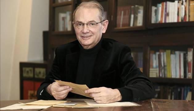 Jean-Yves Berthault con las cartas originales que conforman 'La pasión de Mademoiselle S'.