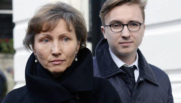 Marina Litvinenko (izq), viuda de Alexander Litvinenko, y su hijo Anatoly Litvinenko, a las puertas del Tribunal de Justicia de Londres.