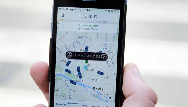 Un usuario utilizando la app Uber.