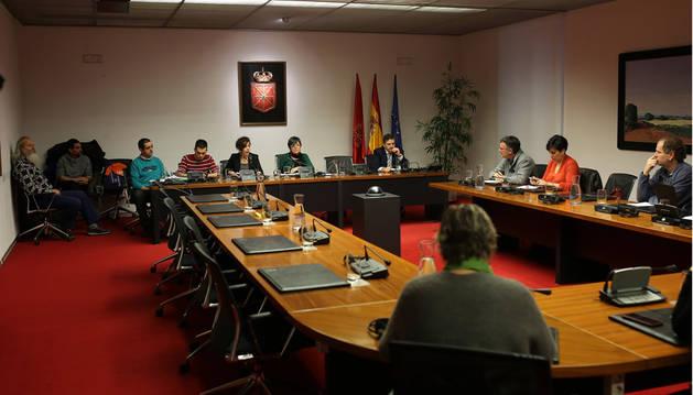 El Parlamento foral recibe a acusados por colaborar con ETA, y se ausentan UPN y PP