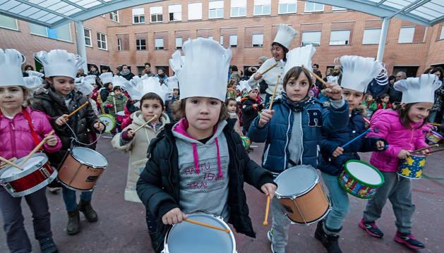 Los alumnos llevan la batuta en la tamborrada de Lizarra Ikastola