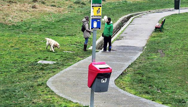 Una de las zonas de esparcimiento canino de Pamplona ubicada en el parque de la Vuelta del Castillo.