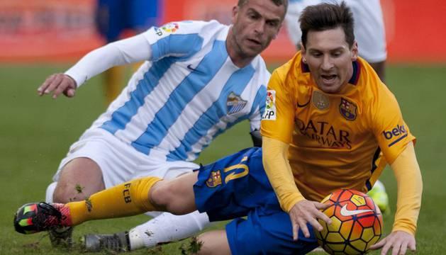 Messi y Duda, en un lance del partido.