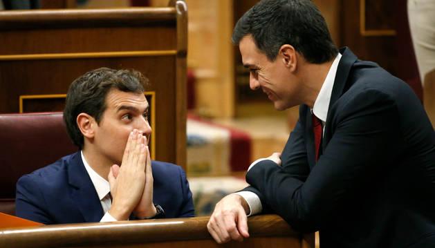 El secretario general del PSOE, Pedro Sánchez, conversa con el líder de Ciudadanos, Albert Rivera.