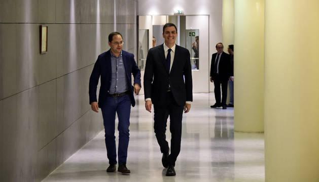 El líder del PSOE, Pedro Sánchez, junto a Cesar Luena.