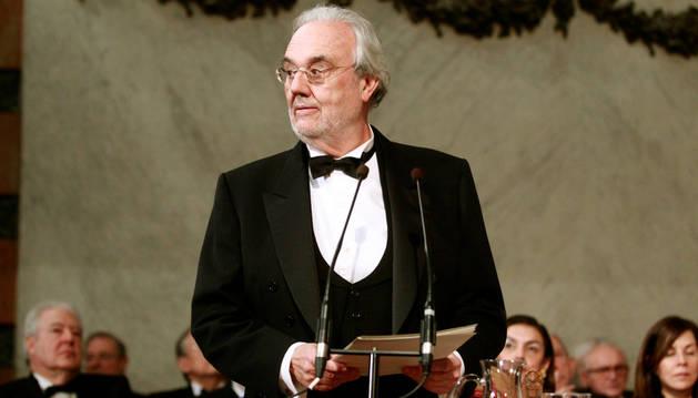 El cineasta, guionista y escritor Manuel Gutiérrez Aragón en su discurso de ingreso en la RAE.