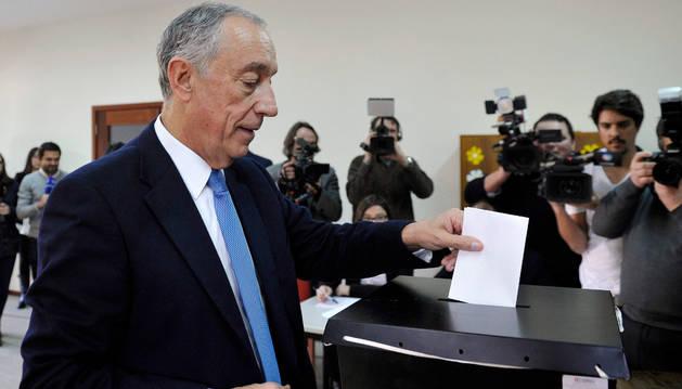 Marcelo Rebelo de Sousa deposita su voto.