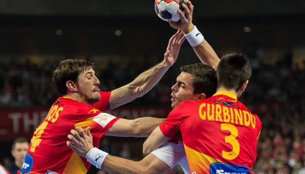 Viran Moros y el navarro Eduardo Gurbindo, en el partido contra Dinamarca.