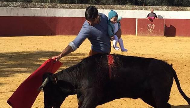 Fran Rivera torea con su hija Carmen.