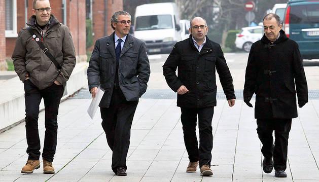 Fermín Bacaicoa, Víctor Sarasa, Joxe Abaurrea, y Vicente Taberna se encaminan hacia la Audiencia.
