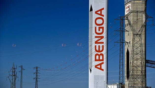 Unas torres de energía solar de Abengoa.
