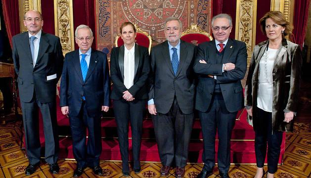 Uxue Barkos y el ssecretario de Estado de Administraciones Públicas, Antonio Beteta (3º dcha.), posan junto a los expresidentes Alli, Del Burgo, Sanz y Barcina.