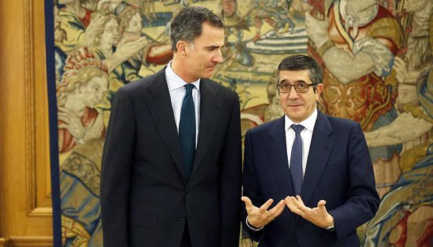 El rey Felipe VI posa con el presidente del Congreso a su llegada al Palacio de la Zarzuela.