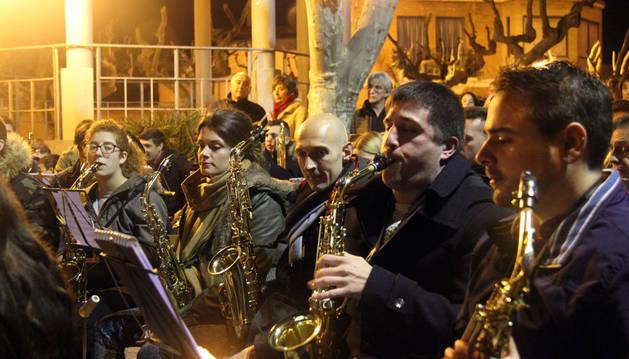 La Banda de Música de Cintruénigo toca en los Paseos.