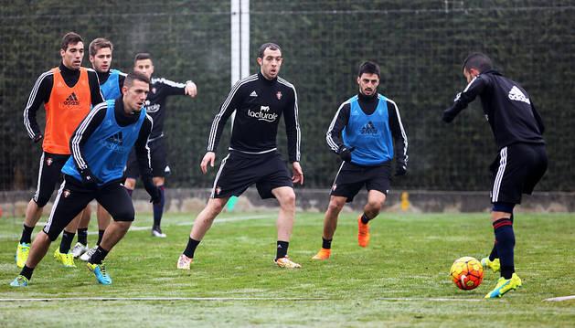 Una imagen del entrenamiento de ayer, con Álex Sánchez a la izquierda.