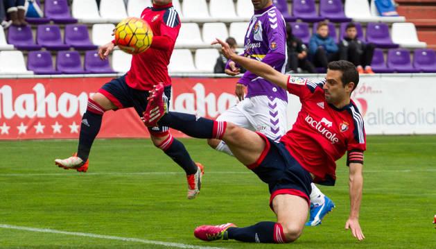 Gesto de furia de Miguel Flaño para despejar un balón en el partido de la primera vuelta jugado en Valladolid.