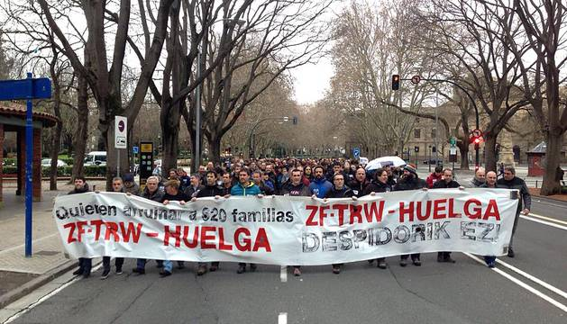 Empleados de la fábrica navarra recorrieron las calles de Pamplona este martes 26 de enero como protesta despidos anunciados en la planta.