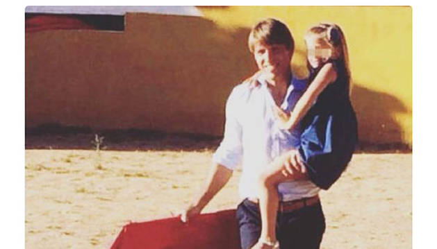 El Cordobés, posando en el ruedo con su hija.