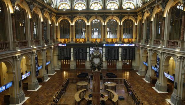 Panel informativo de la Bolsa española que comenzó la jornada de este martes con importantes pérdidas.