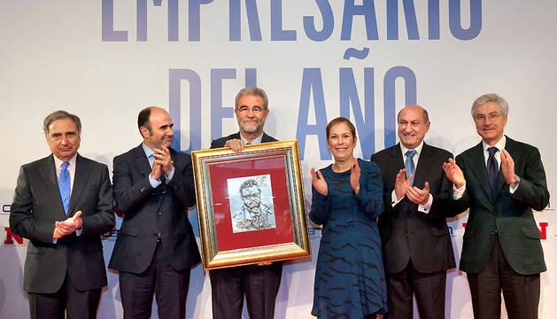 Barkos y Ayerdi, con el galardonado, Sarría (CEN) y otros miembros del jurado.