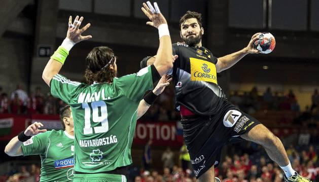 Maqueda se impulsa ante Hungría.