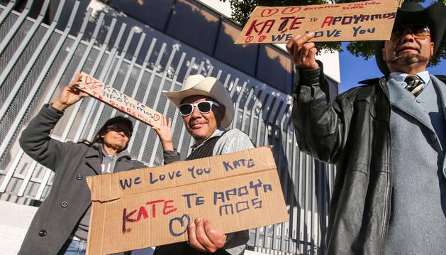 Fans de Kate del Castillo apoyan a la actriz a las puertas del consulado mexicano en Los Ángeles.