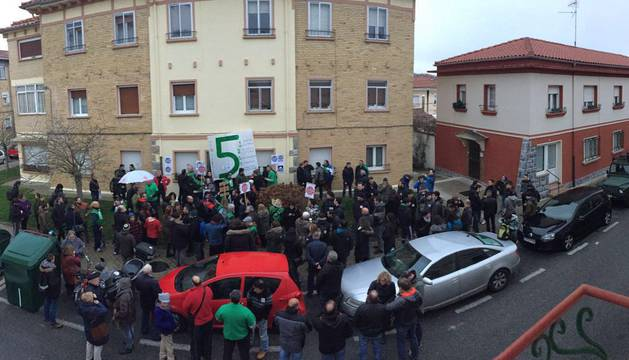 Decenas de personas, frente al número 10 de la calle Arguedas.