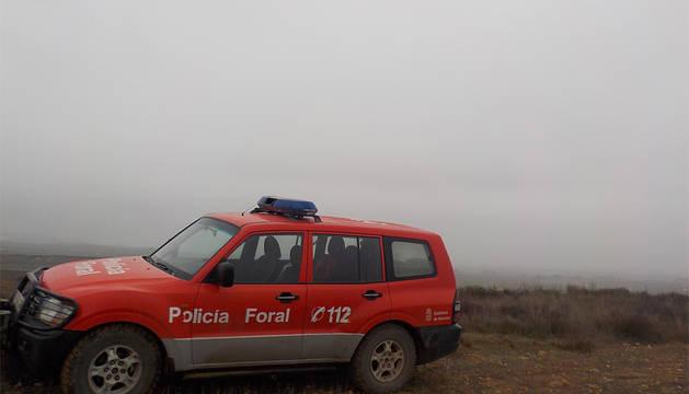 Un vehículo de la Policía Foral este domingo en la Ribera, donde se registraron intensos bancos de niebla.