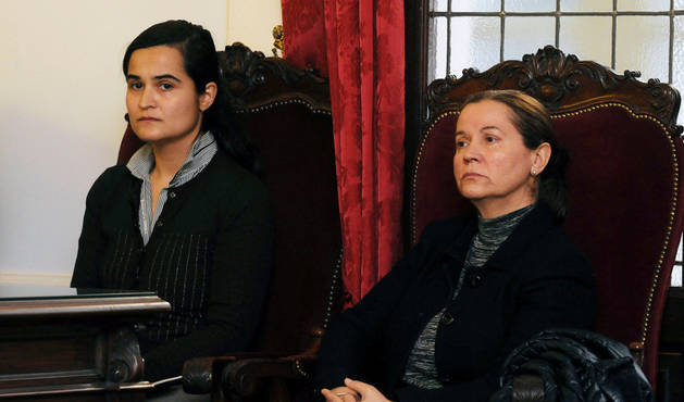 Monserrat González (d), autora confesa del crimen de Isabel Carrasco, junto a su hija y segunda acusada Triana Martínez (i).
