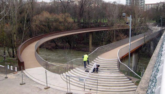 La nueva pasarela de San Jorge, todavía vallada.