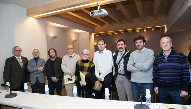 De izquierda a derecha, José María Muruzábal; Esteban Orta; Juanjo Bienes Calvo, arqueólogo; Juan José Martinena; Beatriz Pérez; Carlos Carrasco; Jesús Sesma; Eneko Larrarte Huguet, alcalde de Tudela; y Javier Gómez Vidal, concejal de Cultura.