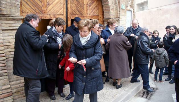 Los cascantinos reciben los cordones a la salida de la misa celebrada en la iglesia de la Victoria.