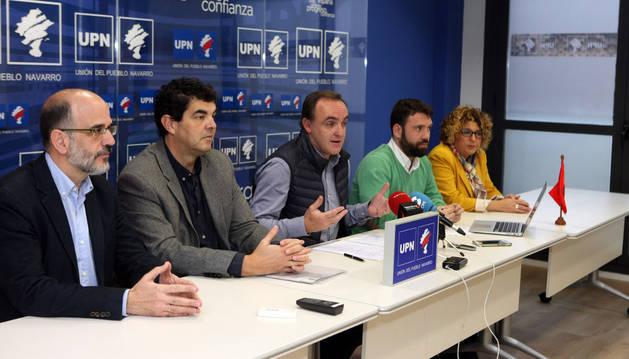 De izquierda a derecha, los parlamentarios Alberto Catalán, Luis Casado y Javier Esparza; el portavoz de UPN en Tudela, Carlos Moreno; y la también parlamentaria Mari Carmen Segura.