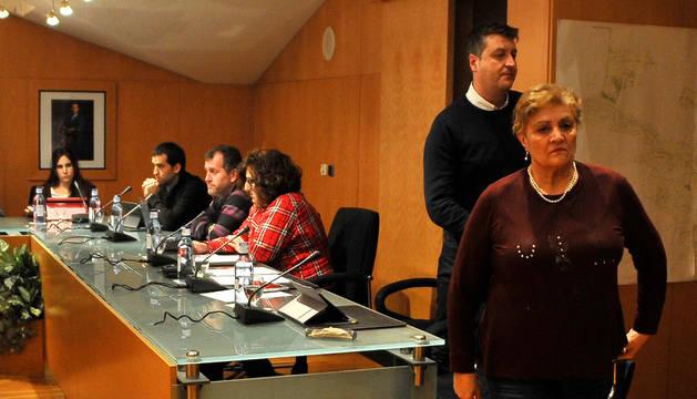Los concejales del PSN Juanjo Martínez y Albina Prieto abandonan el pleno.