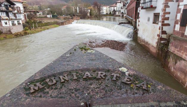 Detalle de la presa de Txokoto, en Elizondo, uno de los atractivos del valle de Baztan.
