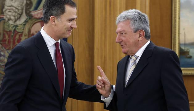 El Rey, junto al diputado de Nueva Canarias Pedro Quevedo.