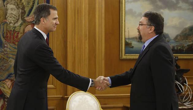 Felipe VI saluda al diputado Isidro Martínez.