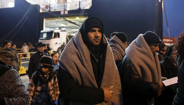 Un inmigrante llega al puerto del Pireo, en Grecia.